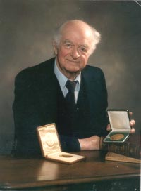 a biography of the american chemist dr linus carl pauling On february 28, 1901, linus carl pauling was born in portland, or  dr  pauling was a theoretical physical chemist who became the only person to  he  volunteered his services to the us government during world war ii in.